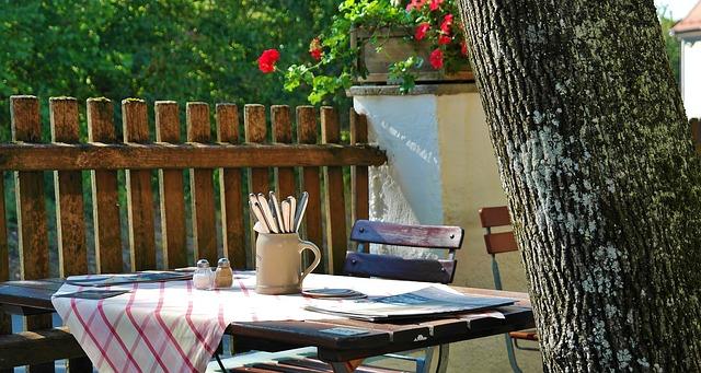 příbory na stole