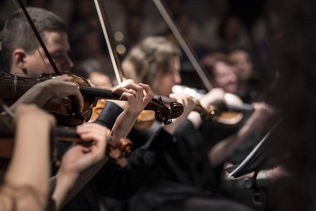 houslisté na koncertě