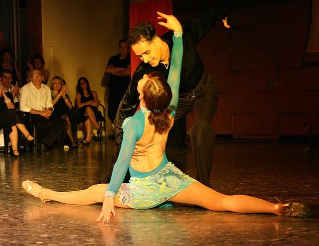 taneční pár a diváci.jpg
