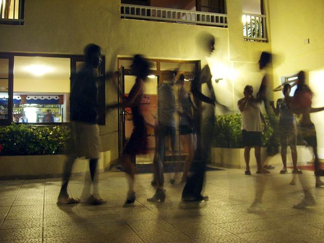 rozmazané foto tanečníků.jpg