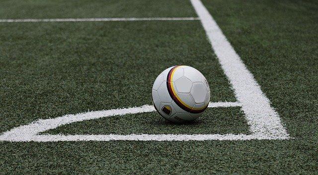 fotbalový míč v rohu hřiště
